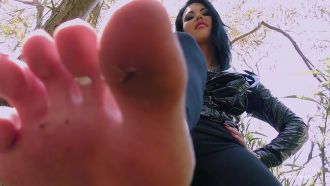 Young Goddess Kim - Forest Foot slave
