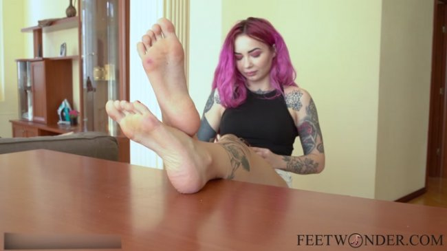 Feet Wonder - Tory shows her soft and pretty soles, wiggling her toes